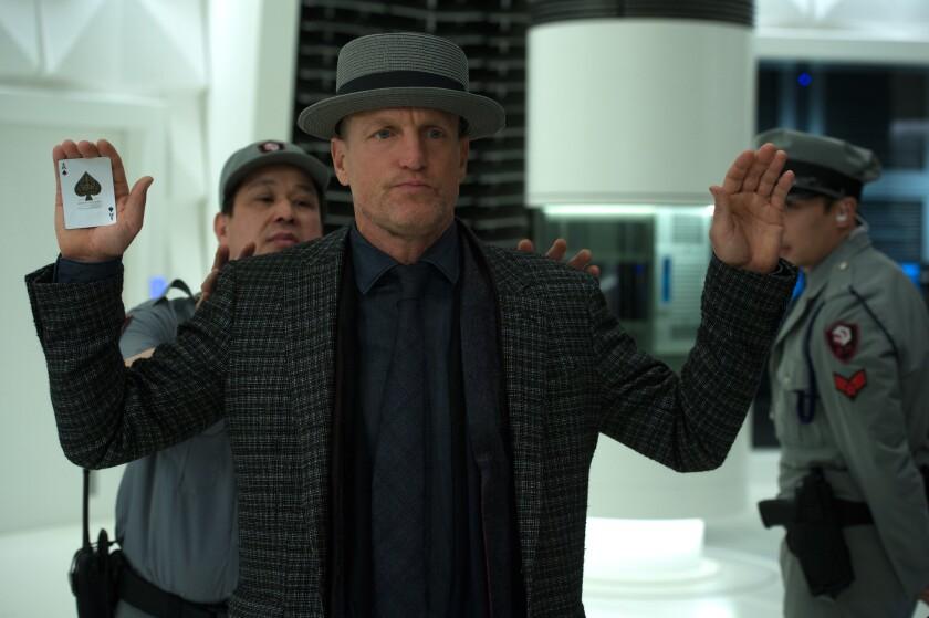 """El actor Woody Harrelson en una escena de """"Now You See Me 2"""", cinta en la que vuelve a interpretar a un hipnotizador profesional."""