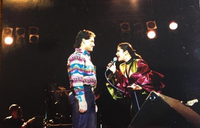 Fotografía publicada en Twitter por Aleena Acosta, que muestra a su tío Rey Carrasco en escenario con la popular cantante texana Selena Quintanilla en 1993. EFE/@aleenaacostaa