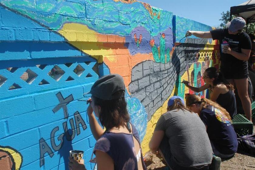 """Miembros del grupo humanitario No Mas Muertes pintan un mural como parte de la campaña """"La Ayuda Humanitaria no es un Crimen"""", el sábado 8 de septiembre de 2018, en Tucson, Arizona (EE.UU.). EFE/Archivo"""