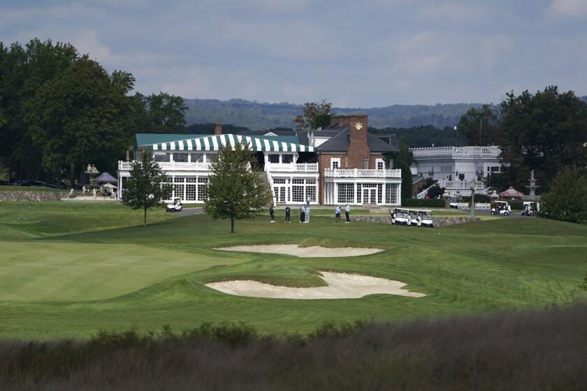 Golfistas juegan en el Club de Golf Trump National en Bedminster, Nueva Jersey.