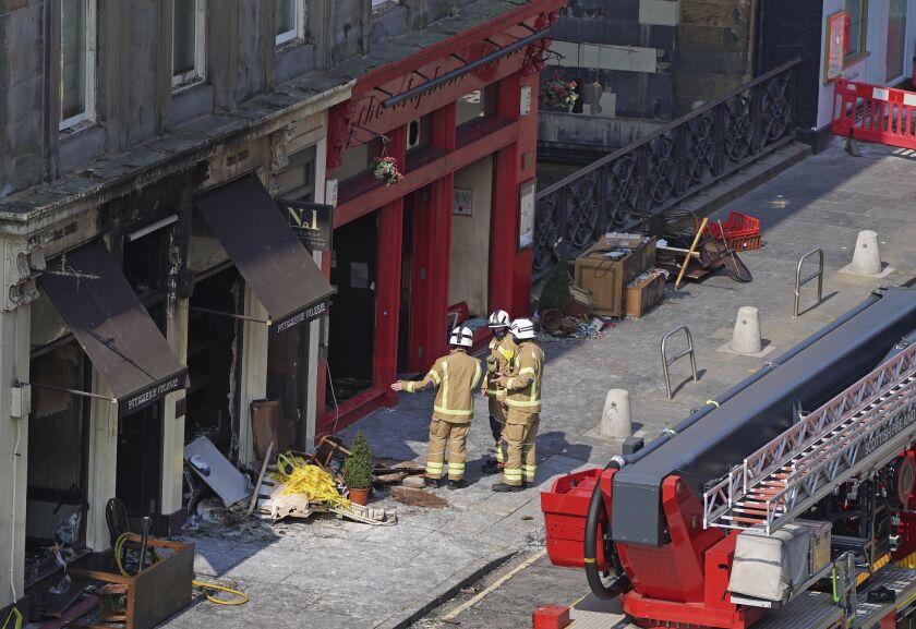 Bomberos en la escena tras un incendio en el Elephant House Cafe en Edimburgo