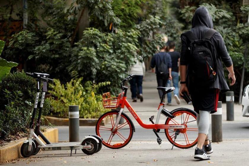 Fotografía del 8 de febrero de 2019, que muestra bicicletas y patinetes de uso público en una calle de Ciudad de México (México). EFE