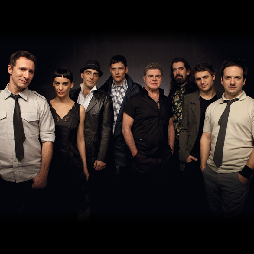 En esta imagen aparecen los integrantes de Bajofondo, un colectivo rioplatense que se presenta nuevamente en uno de loos auditorios mas prestigiosos del Sur de California.