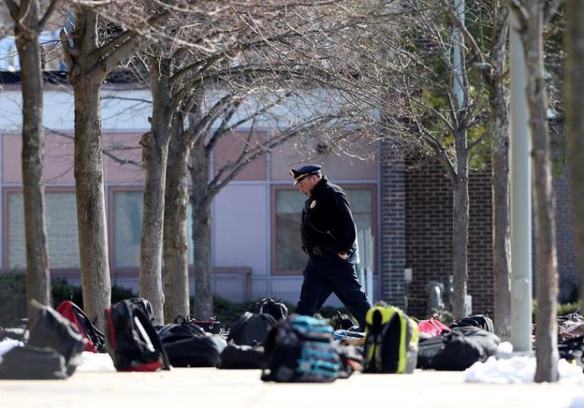 La Policía del condado de Broward (sureste de Florida) levantó hoy la alerta por amenaza de bomba que obligó a la evacuación de tres colegios de la localidad de Lauderdale Lakes, informaron medios locales. EFE/Archivo
