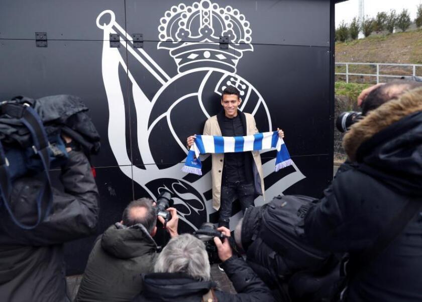 El jugador mexicano Héctor Moreno, a su llegada al campo de entrenamiento de Zubieta donde esta tarde será presentado como nuevo fichaje de la Real Sociedad. EFE/Archivo