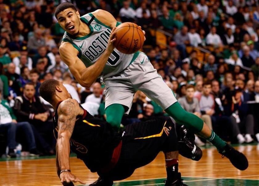 Boston Celtics forward Jayson Tatum (R) collides with Cleveland Cavaliers guard George Hill (L) during the third quarter at TD Garden in Boston, Massachusetts. EFE