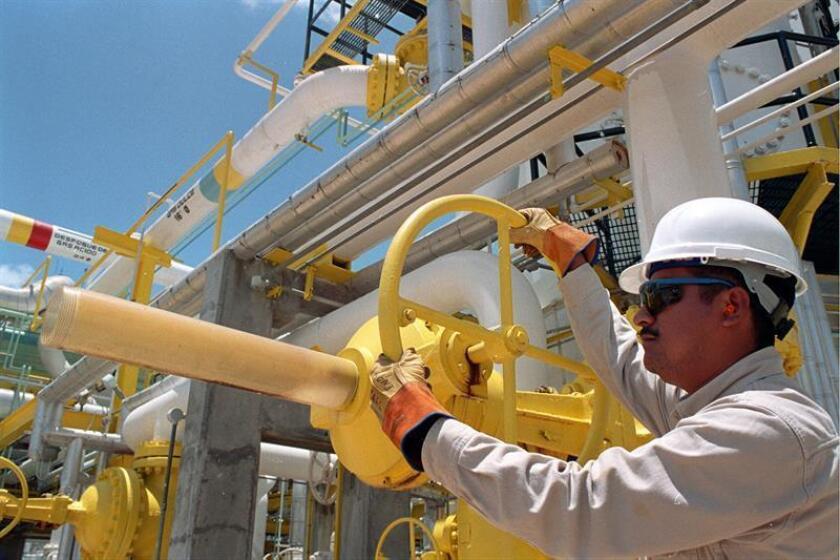 Imagen cedida por la empresa estatal Petróleos Mexicanos (Pemex) que muestra a un empleado en su refinería en la ciudad de Minatitlán en el estado de Veracruz. EFE/Archivo