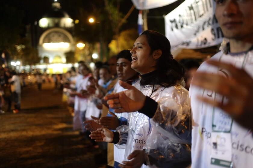 Un grupo de personas cantan mientras esperan para asistir a la misa que oficiará el papa Francisco en Caacupé, Paraguay, el 10 de julio de 2015. (Foto AP/Jorge Saenz)