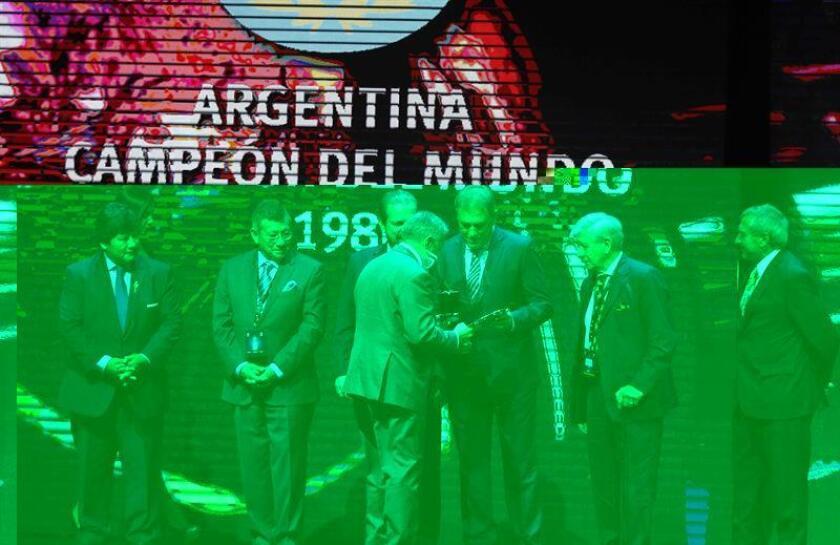 Los exfutbolistas argentinos Nery Pumpido (3i), Carlos Pachamé (2d) y Óscar Garré (d) reciben una medalla de reconocimiento durante el sorteo de la fase inicial y de grupos de la Copa Libertadores 2017 en la sede de la Conmebol en Luque (Paraguay). EFE