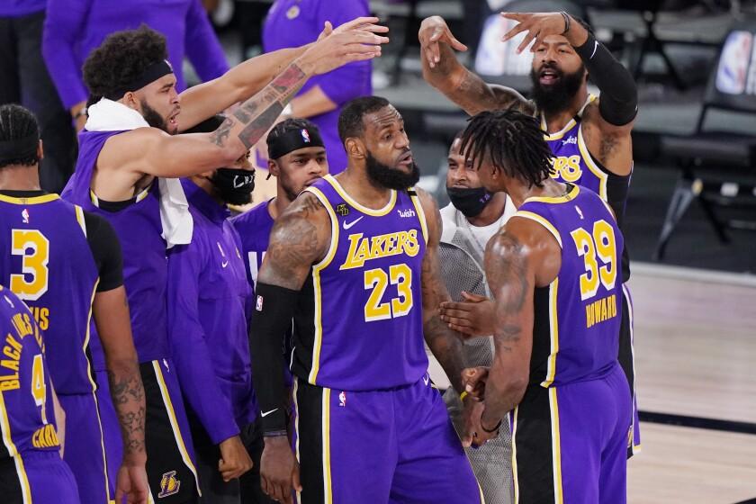 En foto del 26 de septiembre del 2020 LeBron James, Dwight Howard y otros jugadores de Los Lakers