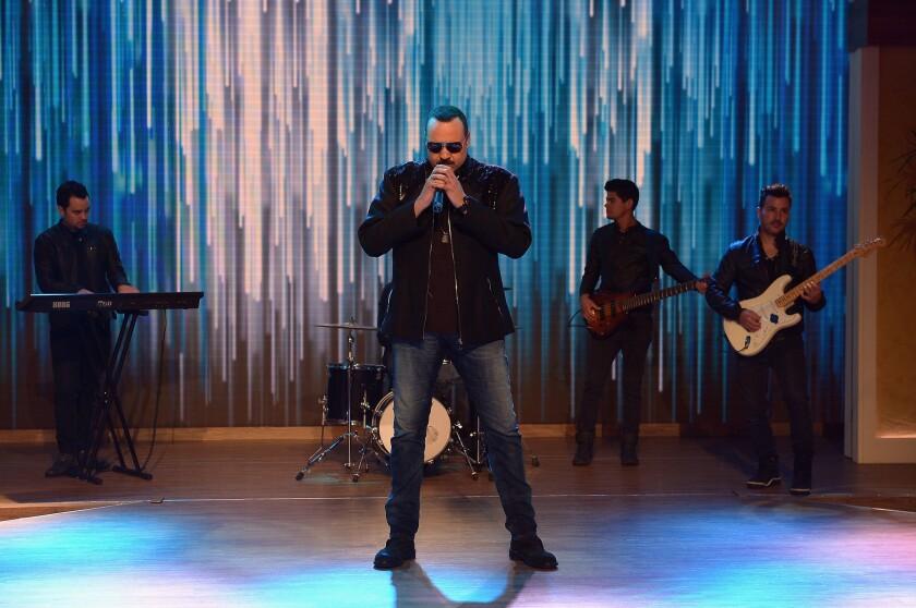 """Pepe Aguilar durante su presentación en el programa """"'Despierta América"""" de Univision, como parte de la promoción de un disco nuevo que lo trae este fin de semana a LA."""