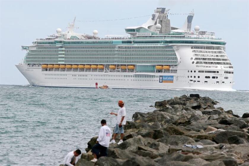 """Varias personas observan la partida del crucero más grande del mundo, conocido como """"Freedom of the Seas"""", que atracó por unas horas en el puerto de Miami, Florida (EEUU), el jueves 25 de mayo de 2006. EFE/Archivo"""