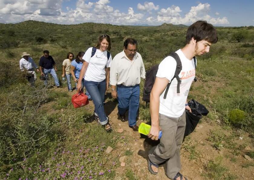 """Daniel Strauss, un voluntario del campamento humanitario """"No más muertes"""", guía al congresista demócrata Raúl Grijalva (2-dcha) durante el recorrido que hicieron el miércoles 24 de agosto de 2005 por el desierto de Arizona (EEUU). EFE/Archivo"""