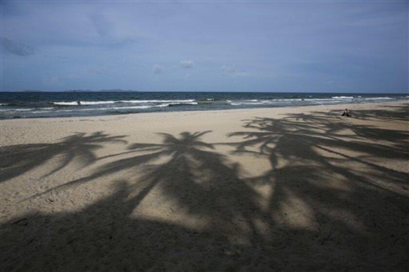 En esta imagen, tomada el 13 de septiembre de 2016, vista de Playa el Agua, casi vacía de turistas, en la isla de Margarita, en Venezuela. Aunque muchos venezolanos siguen pasando el fin de semana en la playa, pocos pueden permitirse comprar un billete de avión y reservar un hotel, lo que ha afectado a los negocios de la zona, que no tienen esperanzas de recuperación en el corto plazo.