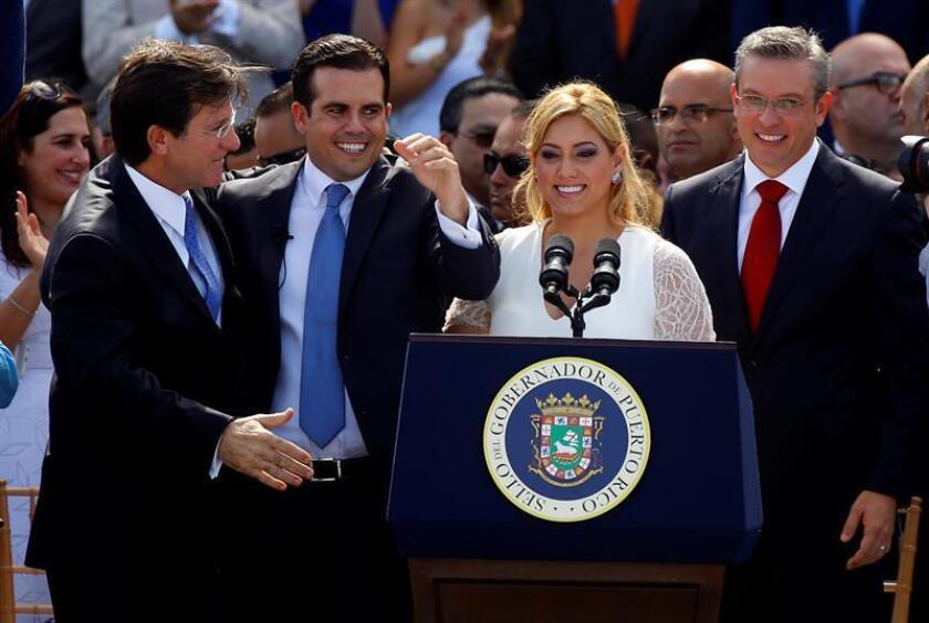 El nuevo gobernador de Puerto Rico, Ricardo Rosselló (2i), junto a la primera dama, Beatriz Rosselló (2d), al exgobernador Alejandro García Padilla (i) y al secretario de Estado, Luis Gerardo Rivera (d), durante los actos de juramentación el lunes 2 enero de 2016, en el Capitolio en San Juan. EFE/Archivo