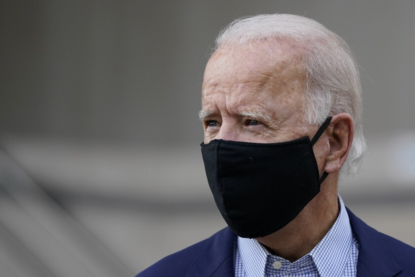 Joe Biden fotografiado después de votar por adelantado en las primarias en Wilmington