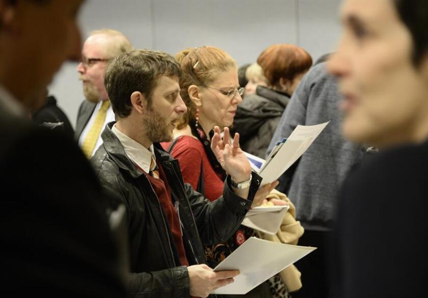 Potenciales buscadores de empleo hablan con empleadores en una feria de búsqueda de trabajo. EFE/Archivo