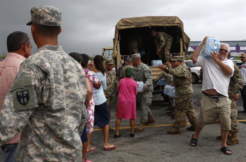 Miembros del ejército entregan suministros a damnificados por el paso del huracán María. EFE/Archivo