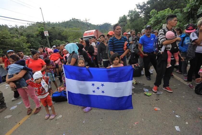 Centenares de migrantes hondureños intentan cruzar un retén policial para continuar su paso rumbo a EE.UU. EFE/Archivo