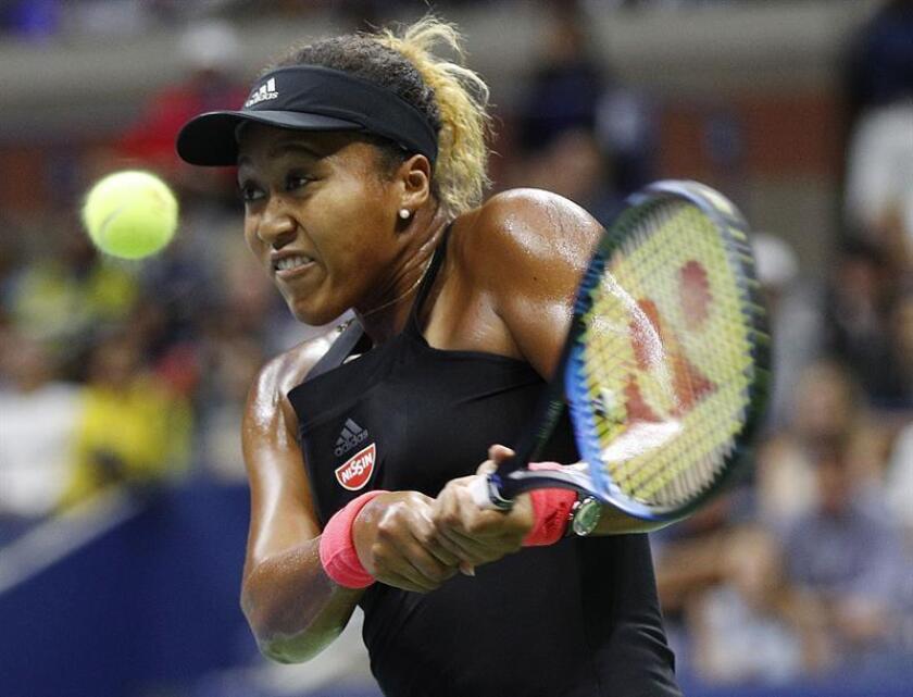 Naomi Osaka de Japón devuelve una bola a Serena Williams de EE.UU. durante la final femenina del US Open Tennis Championship en Flushing Meadows. EFE