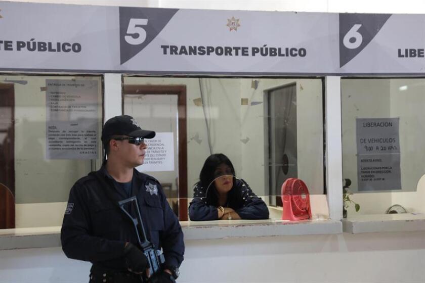 Un policía estatal resguarda hoy las instalaciones de las oficinas de la Dirección de Tránsito y Transporte del occidental estado mexicano de Nayarit tras ser intervenidas ante la sospecha de actos de corrupción, informó hoy el Gobierno estatal. EFE