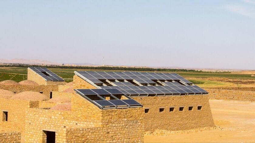 La Aldea de Trabajadores Tayebat de KarmSolar, en el oasis Bahariya, en Egipto, se construyó utilizando arenisca local como modelo de una estructura sostenible, no dependiente de la red eléctrica, que combinó energía verde con métodos de construcción locales tradicionales. Alberga hasta 500 trabajadores agrícolas cada temporada (cortesía de Karmsolar).