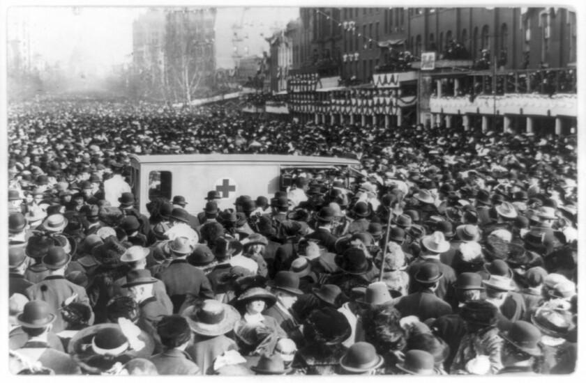 Esta foto provista por la Biblioteca del Congreso, tomada en 1913, muestra a una muchedumbre reunida alrededor de una ambulancia de la Cruz Roja durante la procesión por el derecho al sufragio para las mujeres en Washington. Miles de mujeres marchan en las calles de Washington para exigir una mayor representación femenina en la vida política de Estados Unidos, ahora que el nuevo presidente asume el mando. Esto ocurrirá el sábado, un día después de la ceremonia de investidura de Donald Trump. Esto ya ocurrió hace más de 100 años, un día después de la juramentación de Woodrow Wilson.