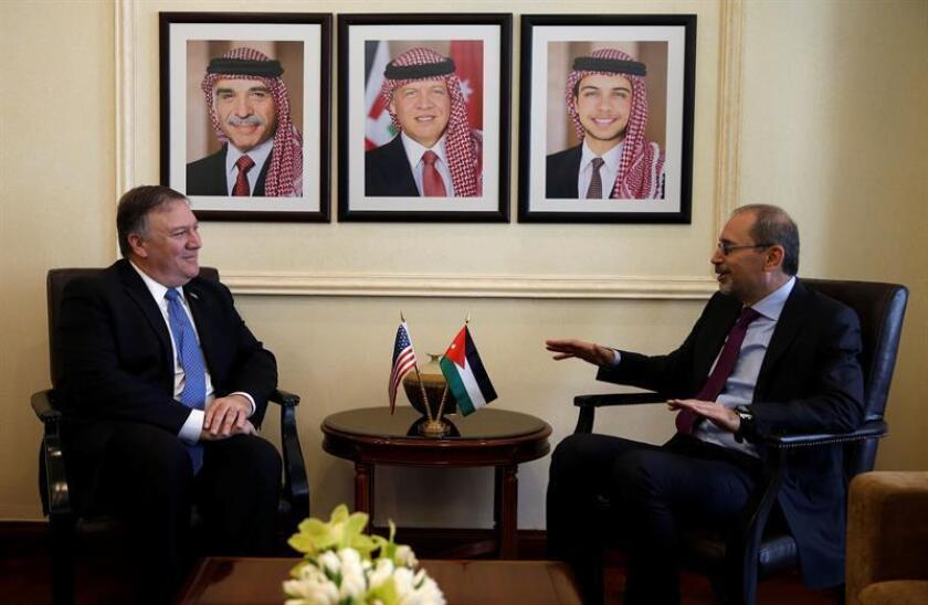 El ministro de Exteriores jordano, Ayman Safadi (dcha), recibe al secretario de Estado de EEUU, Mike Pompeo (izda), durante su encuentro en Amán, Jordania, hoy, 30 de abril. EFE