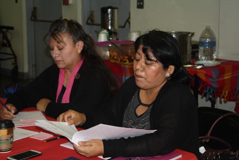 Verónica Corona (d) lee la historia que escribió en relación a la juventud en el área del sur de Los Ángeles. El taller auspiciado por Best Start Metro L.A. tuvo una duración de seis semanas y uno de sus objetivos era enseñar a los líderes como identificar y expresar en forma escrita los problemas de la comunidad.