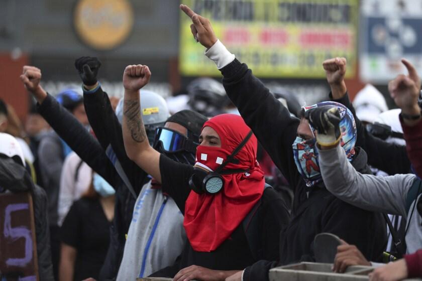 Manifestantes corean lemas durante una protesta antigubernamental en Bogotá, Colombia