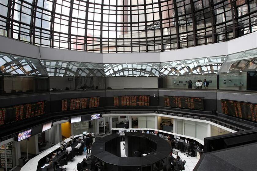 El principal indicador de la Bolsa Mexicana de Valores (BMV), el Índice de Precios y Cotizaciones (IPC), ganó hoy 0,76 % y cerró en 45.909,31 unidades, 346,13 puntos más que la jornada anterior. EFE/ARCHIVO