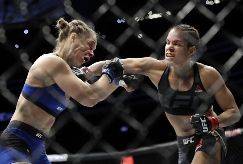 Amanda Nunes (derecha) da un puñetazo a Ronda Rousey en la primera ronda de su pelea por el título de artes marciales mixtas UFC 207, el 30 de diciembre de 2016, en Las Vegas. Nunes ganó el combate tras menos de un minuto.