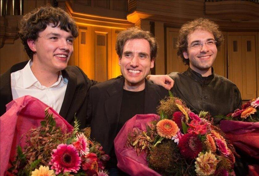 (De iz. a d.) Los pianistas Remi Geniet (Francia), Winner Boris Giltburg (Israel) y Mateusz Borowiak (Polonia) posan tras la final en el concurso Reina Elisabeth 2013 en Bruselas (Bélgica). EFE