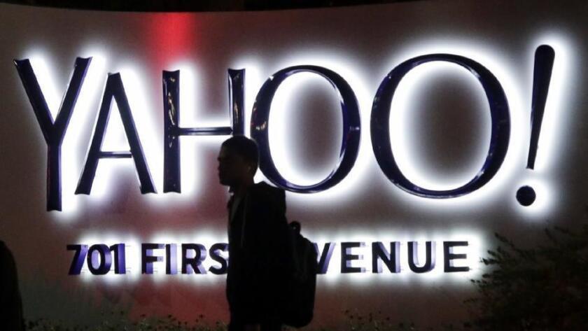 Una persona pasa frente al letrero de Yahoo en la sede de la compañía en Sunnyvale, California.