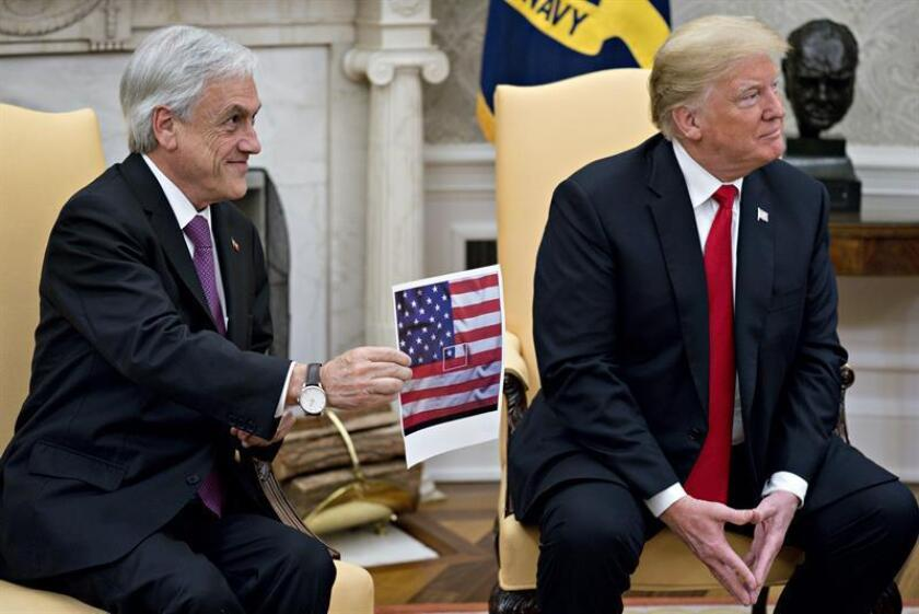 Sebastian Pinera, Chile's president, left, holds up a depiction of the Chilean flag in the middle of the US flag while meeting with US President Donald J. Trump in the Oval Office of the White House in Washington, DC, USA, 28 September 2018. (Abierto, Estados Unidos) EFE/EPA/POOL