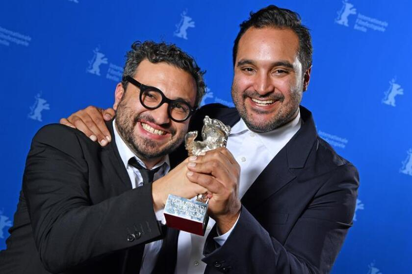 Mexican director Alonso Ruizpalacios (L) and Writer and producer Manuel Alcala pose with their Silver Bear for best Script' for 'Museo' during the Closing and Awards Ceremony of the 68th annual Berlin International Film Festival (Berlinale), in Berlin, Germany, 24 February 2018. EFE
