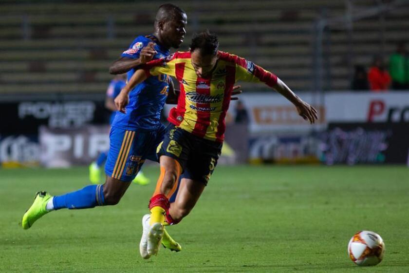 Carlos Guzmán (d) de Morelia disputa el balón con Enner Valencia (i) de Tigres. EFE/Archivo