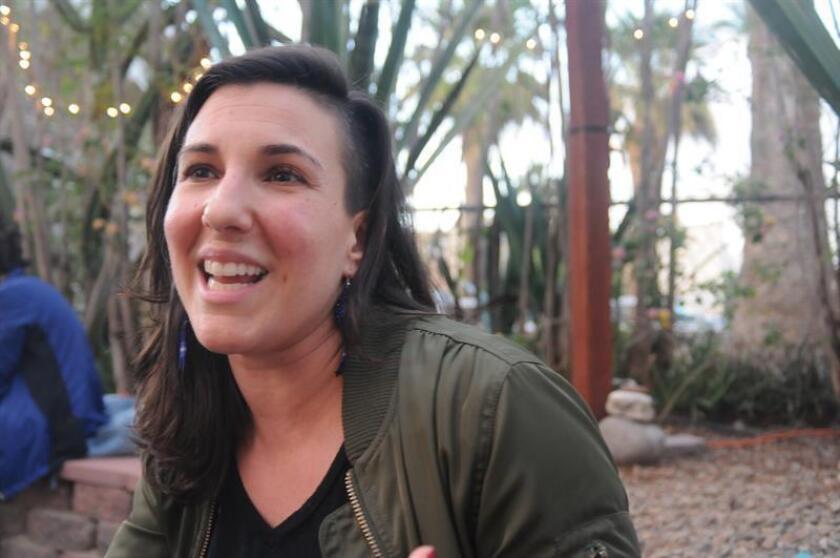 La bailarina y coreógrafa Ana María Álvarez habla con Efe hoy, lunes 19 de febrero de 2018, en Phoenix (EE.UU.). Álvarez estrenará el 24 de febrero un espectáculo de danza binacional en la frontera de Douglas, en Arizona, y Agua Prieta, en el estado mexicano de Sonora, que tendrá escenario a ambas ciudades, divididas por un muro. EFE
