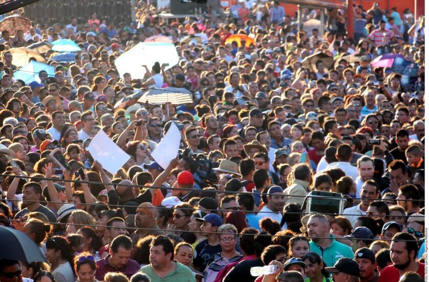 Fans de Juan Gabriel se congregaron frente a su casa en Ciudad Juárez antes del inicio de la misa en su honor.