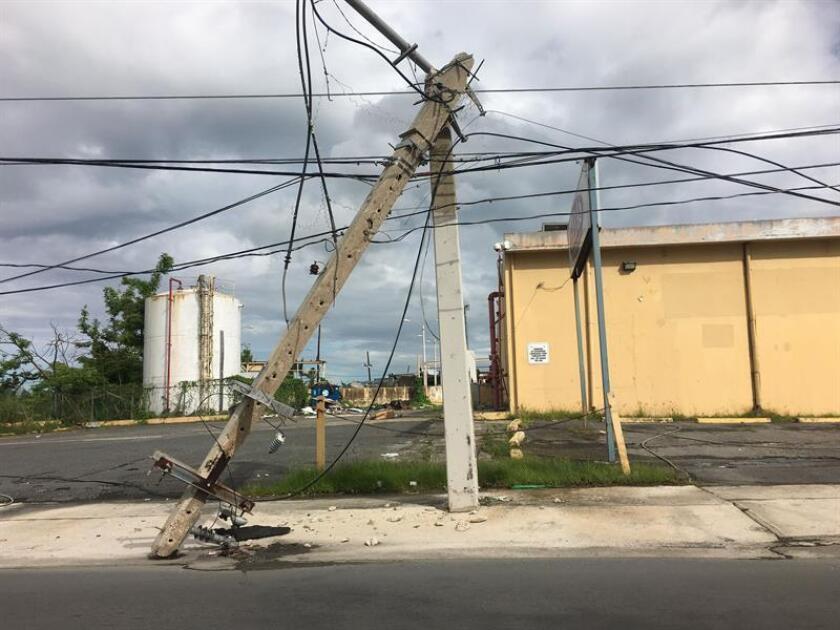 Vista de postes y cables de electricidad afectados por le paso del huracán María por Puerto Rico. EFE/Archivo