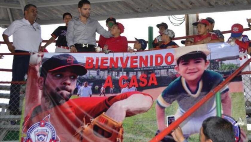 Jaime García (i), de los Cardenales de San Luis, en una convivencia con niños que ayuda en Tamaulipas...
