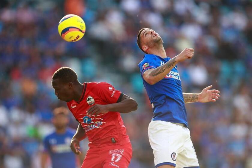 El jugador Edgar Méndez (d) de Cruz Azul disputa el balón con Luis Advincula (i) de Lobos BUAP hoy, sábado 7 de abril de 2018, durante un partido de la jornada 14 del Torneo Clausura del fútbol mexicano realizado en el Estadio Azul, en Ciudad de México. EFE