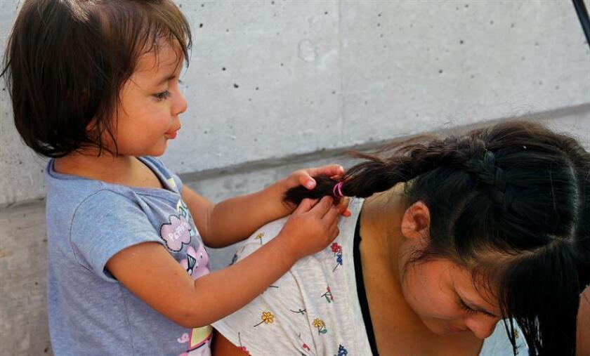 Vista de una mujer y su hija de dos años. EFE/Archivo