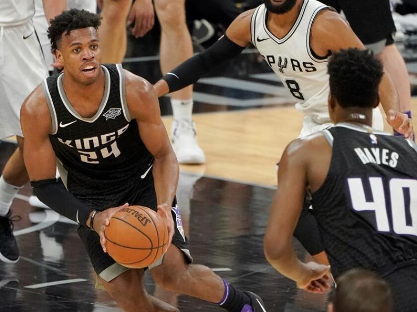 Buddy Hield (i) de Sacramento Kings mira a su compañero Nigel Hayes (d) durante un partido de baloncesto de la NBA contra San Antonio Spurs disputado hoy, lunes 9 de abril de 2018, en San Antonio, Texas (EE.UU.). EFE