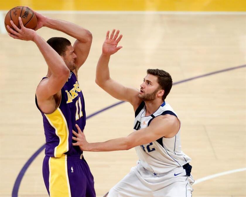 Brook López (i) de Los Ángeles Lakers en acción ante Maximilian Kleber (d) de Dallas Mavericks, durante un partido de la NBA entre Dallas Mavericks y Los Angeles Lakers, en Los Ángeles, California (EE.UU.). EFE