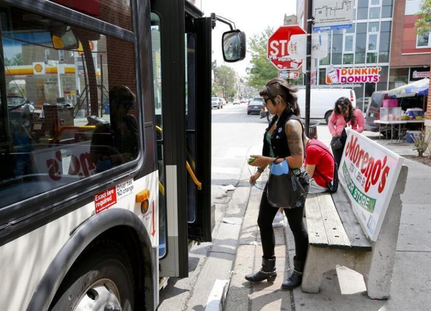Una joven toma el autobus en un barrio en Chicago. EFE/Archivo