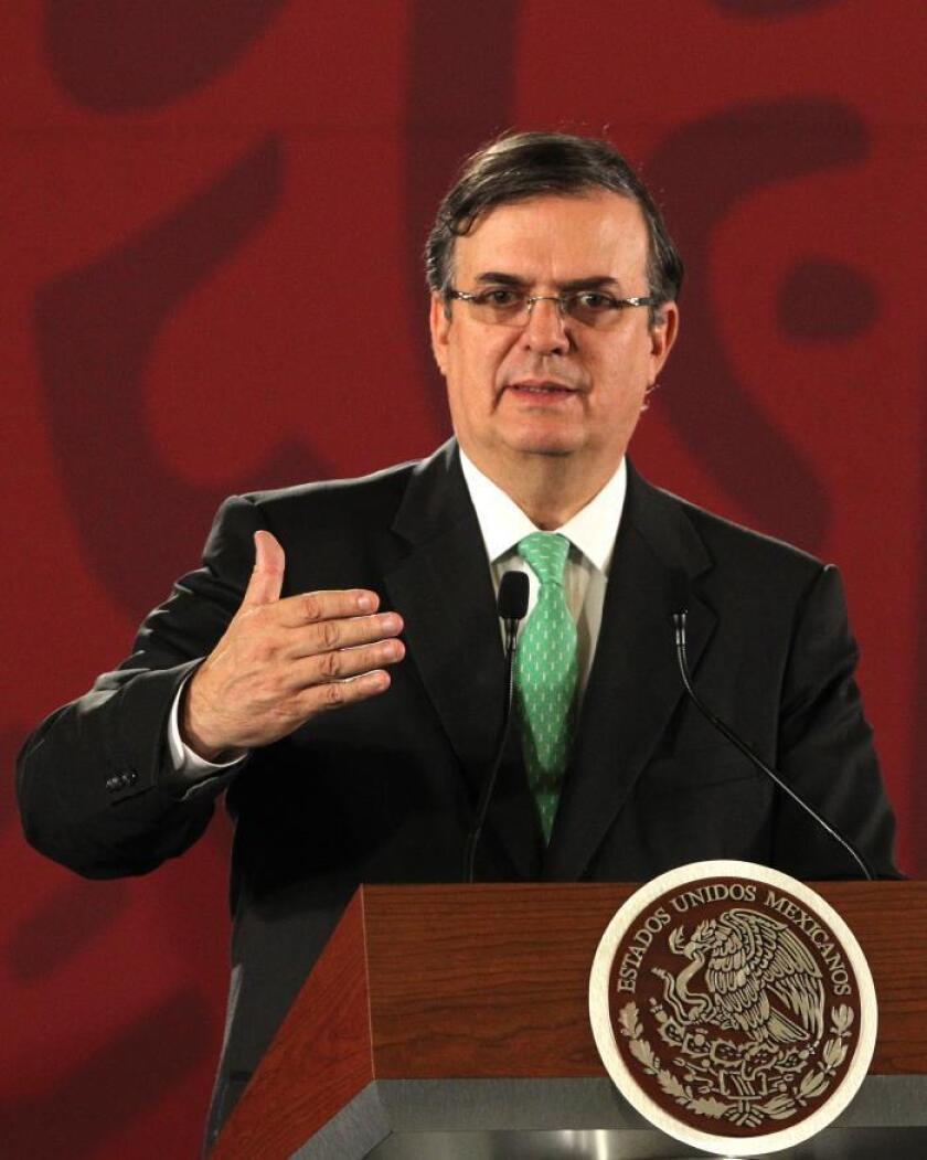 El secretario de Relaciones Exteriores, Marcelo Ebrard, habla en conferencia de prensa este martes, en el Palacio Nacional de Ciudad de México (México). EFE/ Mario Guzmán