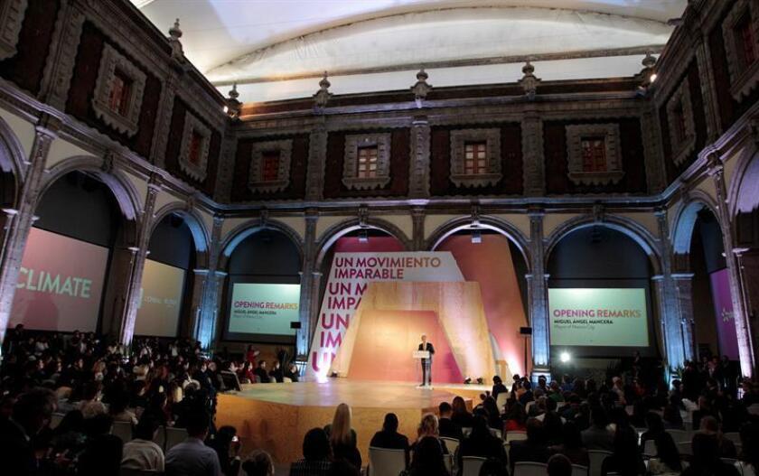 El jefe de Gobierno de Ciudad de México, Miguel Ángel Mancera (c), habla durante la inauguración de la Segunda Cumbre de Mujeres por el Clima hoy, lunes 26 de febrero de 2018, en Ciudad de México (México). EFE