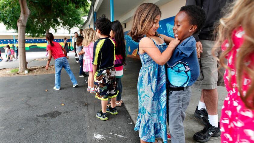 A la derecha, Sasha Framularo y Vincent Langston, niños de kínder, juegan en la escuela charter Citizens of the World Charter, en Mar Vista, en 2014. En ese momento, la escuela estaba situada en el campus de Stoner Avenue Elementary, perteneciente al LAUSD (Christina House para The Times).