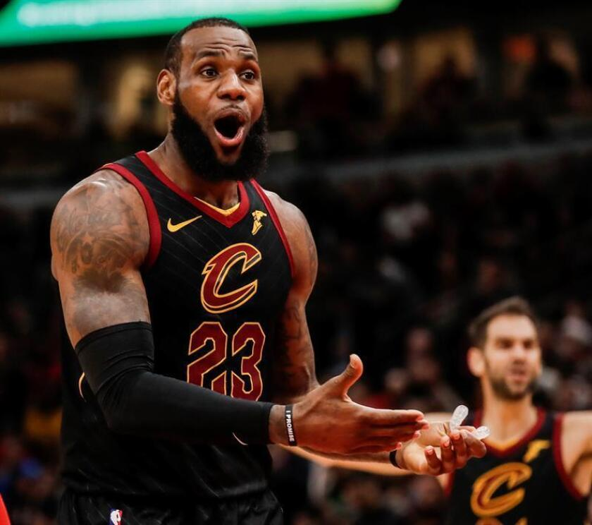 Cleveland Cavaliers forward LeBron James appeals a call in the second half of the NBA basketball game between the Cleveland Cavaliers and the Chicago Bulls at the United Center in Chicago, Illinois, USA. EFE